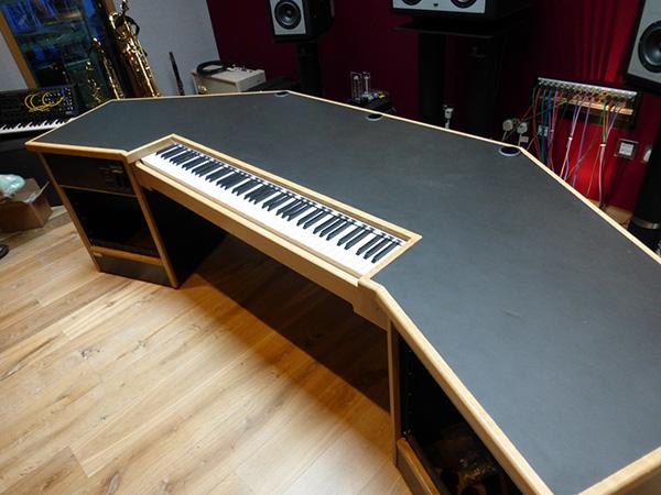 Perbedaan Keyboard Arranger Workstation Dan Synthesizer : composers recording studio desk with built in keyboard studioracks ~ Hamham.info Haus und Dekorationen