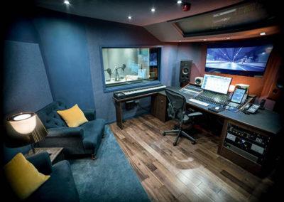 stringandtings-music-studio-desk